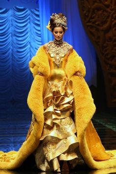 Guo Pei Beijing - Fall Winter Ready-To-Wear - Shows - Vogue. China Fashion, Fashion Art, Fashion Show, Gold Fashion, Ladies Fashion, Fashion Moda, Runway Fashion, Hong Kong Fashion, Guo Pei