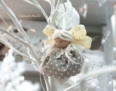 """Sono le decorazioni piccole quelle che amo di più! Graziose """"spuntano"""" sotto gli occhi improvvise ed è innegabile quale fascino abbia per me guardare un albero di Natale! Lì l'occ…"""