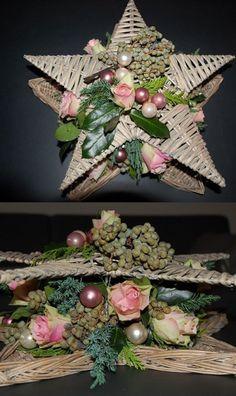Kerststuk 2 rieten sterren met elkaar verbonden, simpel maar mooi.