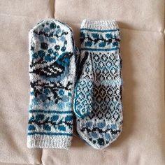 Ravelry: Birds and Berries pattern by Natalia Moreva Crochet Mittens Pattern, Knit Mittens, Knitted Gloves, Knit Crochet, Knitting Patterns, Fair Isle Knitting, Hand Knitting, Hand Warmers, Pulls