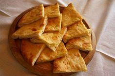 Η γεωργιανή τυρόπιτα, το χατζαπούρι, είναι πανεύκολη και νόστιμη σε βαθμό που μπορεί να οδηγήσει σε επανειλημμένες επιδρομές στην πιατέλα σερβιρίσματος. Η συνταγή κρατάει αιώνες και η εκτέλεσή της είναι απλούστατη. Cinnamon Sugar Tortillas, Cinnamon Tortilla Chips, Appetizer Recipes, Snack Recipes, Chips Recipe, Greek Recipes, Different Recipes, Serving Size, Nutella