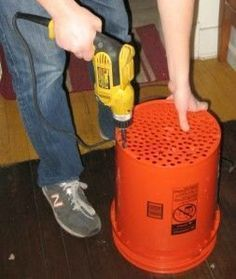 DIY Stacked Worm Composting with 5 gallon buckets. Homestead Survival, Survival Tips, Organic Gardening, Gardening Tips, Gardening Gloves, Gardening Services, Gardening Supplies, Balcony Gardening, Gardening Courses