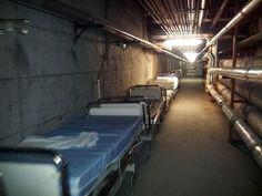 En el Hospital de Getafe no hay camas porque el gerente las esconde en el sótano, además, tiene la cara de despedir por SMS a médicos de Urgencias. La situación es cada vez más insostenible. Síguenos en: http://facebook.com/HumorDePandereta