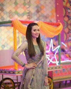 #Ammu My heer Pakistani Models, Pakistani Girl, Pakistani Actress, Pakistani Dramas, Pakistani Party Wear Dresses, Indian Gowns Dresses, Pakistani Outfits, Messy Wedding Hair, Elegant Wedding Hair