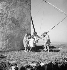 «Γύρω γύρω όλοι και στην μέση ο Μανώλης», Μύκονος Μύλοι. Ξυπόλητα και χαμογελαστά παιδιά. Φωτογραφία της Βούλας Παπαϊωάννου....