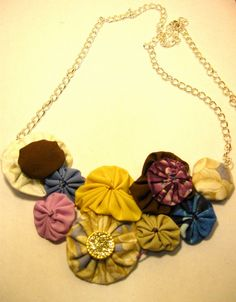 yo yo Bling Bouquet, Fabric Flower Necklace, Making Fabric Flowers, Textile Jewelry, Diy Accessories, Jewelries, Creative Crafts, Statement Jewelry, Handmade Crafts