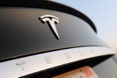蒸気自動車の誕生、ガソリン内燃エンジンの発明、そして大量生産化の実現。こうした自動車の発展に貢献してきた先駆車たちに、今新たな1台が加わろうとしている。テスラのEVサルーン「モデルS」だ。2009年3月にプロトタイプが初公開され、「本格的な電気自動車(EV)」として多大な期待が寄せられてきたモデルS。今