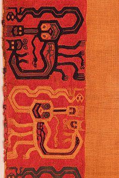 Poncho corto con flecos. (detalle). Tejido llano, bordado en estilo Línea Ancha; algodón y fibra de camélido. Momia Nº 421, objeto Nº 56. 101 x 72,5 cm (INC-MNAAHP RT-1422).