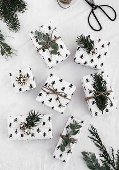 Printable Christmas Wrapping Paper – Homey Oh My Afdrukbaar cadeaupapier Noel Christmas, Green Christmas, Winter Christmas, Minimal Christmas, Nordic Christmas, Modern Christmas, Christmas Paper, Christmas Lights, Christmas Material