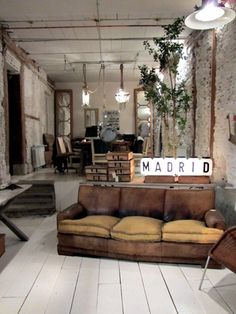 Esprit industriel - canapé en cuir patiné par le temps, mur de briques #living room #industrial #bricks wall