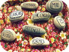 Esta actividad empieza genial. Lo primero de lo primero es imprescidible una salida al campo, al jardín ( quien tenga la bendición de tener uno), al parque, al monte, a la playa... para recoger... Rock Crafts, Diy Home Crafts, Diy Craft Projects, Fun Crafts, Craft Ideas, Diy Crafts For Adults, Adult Crafts, Small Art, Stone Painting