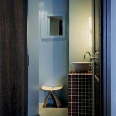 Une mini-salle de bains fonctionnel Mirror, Bathroom, Furniture, Temple, Home Decor, Interiors, Google, Apartment Bathroom Design, Apartments