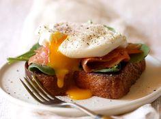 sanduiche com ovo + salmão defumado + folhas + uma fatia de pão torrado grosso e temperado com manteiga ou azeite. O toque final: uma pitada de sal e pimenta do reino.
