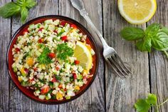 Prepara un clásico de la cocina árabe con un twist saludable mezclando 1 taza de quinoa básica con ⅓... - iStock Images