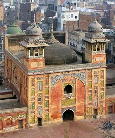 Wazir Khan Masjid (Lahore, Pakistan) built in seven years, starting AD, during the reign of the Mughal Emperor Shah Jehan of Lahore. Mosque Architecture, Religious Architecture, Beautiful Architecture, Art And Architecture, Pakistan Reisen, Pakistan Travel, Lahore Pakistan, Islamic World, Islamic Art
