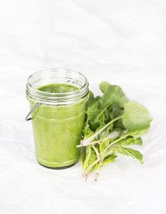 Green Smoothies are packed with fiber, protein and other essential nutrients. Try these easy tips to make vegetable healthy breakfast smoothies. Smoothie Legume, Smoothies Detox, Best Green Smoothie, Healthy Breakfast Smoothies, Green Smoothie Recipes, Healthy Salad Recipes, Fruit Smoothies, Just Juice, Juicing