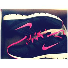 These Nike womens running shoes are very in your face and can probably seen from outer space. Adidas Shoes Outlet, Nike Shoes Cheap, Nike Free Shoes, Cheap Nike, Mens Fashion Shoes, Runway Fashion, London Fashion, Style Fashion, Fashion Trends