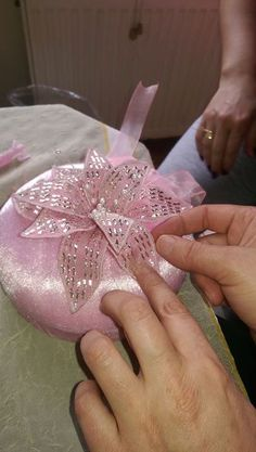 This Pin was discovered by Rey Bargello, Ribbon Crafts, Handmade Flowers, Diy Projects To Try, Headpiece, Embroidery Designs, Needlework, Diy And Crafts, Wedding Decorations
