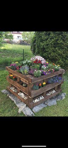 Pallet Planter Box, Planter Boxes, Neat Pallet Ideas, Bed Made Out Of Pallets, Outdoor Flowers, Outdoor Furniture Sets, Outdoor Decor, Outdoor Ideas, Backyard Ideas