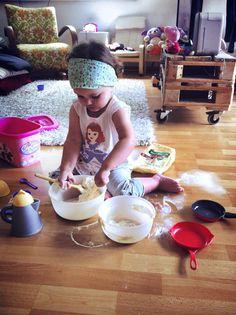 A primeira vez em que pensei fazer este blog foi quando vi um post da minha amiga Monica Herzer no facebook mostrando a filha fazendo uma arte na cozinha. As fotos eram lindas! Logo surgiram comentários sobre a mãe incrível que ela era e eu concordei plenamente. Fiquei pensando em todas as vezes em que não deixei a Carol fazer experiências como aquela por conta da sujeira que fica depois e resolvi que com a Gabi seria diferente. Criança precisa ser curiosa, precisa se lambuzar para aprender…