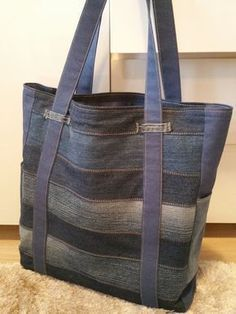 This patchwork upcycled jeans bag is awesome No pattern or tutorial, just a denim tote bag idea. Recycled jeans More - Salvabrani Love the use of belt loops Sacs Tote Bags, Denim Tote Bags, Denim Purse, Patchwork Bags, Quilted Bag, Jean Purses, Purses And Bags, Bag Prada, Sewing Jeans