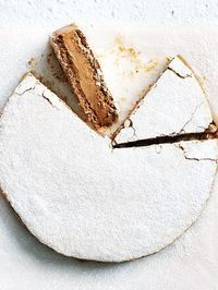 Chocolate and Coffee-Hazelnut Meringue Cake Mokka-Baiser-Torte Hazelnut Meringue, Meringue Cake, Meringue Food, Meringue Desserts, Baked Meringue, Hazelnut Cake, Just Desserts, Delicious Desserts, Yummy Food