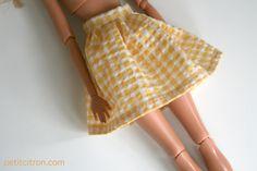 """Pour accompagner la série """"coudre des vêtements de Barbie"""", je prépare en parallèle des DIY et patrons de couture pour la célèbre poupée mannequin. On commence donc par un DIY de jupe froncée, fermée par un bouton pression. Le tutoriel porte sur une jupe courte (qui arrive à mini cuisse) mais on peut la faire encore plus mini ou plus longue ! Faites la en blanc avec un peu de dentelle pour une jupe de mariée, assemblez plusieurs tissus pour un effet color block... Tout est permis ! ..."""