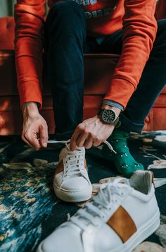 Un style tout en décontraction pour la Saint-Valentin. Sneakers :  National Standard  Sweat : JAQK Chemise Levi's Pantalon Paname Collections Chaussettes Royalties Montre Timex  #Casual #Sweatshirt #SaintValentin #Décontracté #Youngstyle #Fashion #Watch # Sneakers