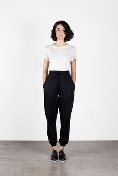 Clothing in 2019 outfit inspiration for summer стиль одежды, Black Joggers Outfit, Loose Pants Outfit, Jogger Outfit, Look Fashion, Autumn Fashion, Fashion Outfits, Daily Fashion, Minimal Fashion, Minimal Style