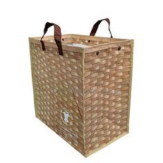 ルーガービッジ(roo-garbage):バスケット  人気のトートバッグブランド「ルート ート」から、折り畳みできる新しい収納アイテムが登場。 洗濯物を入れて、ランドリーバッグ代わりにコインランドリーに。 撥水素材なので濡れたものを入れても気になりません。 ルーガービッジにゴミ袋をセットして、ゴミの日にはそのまま集積場に持っていけば、ゴミ袋の中身が周りから見えません。 帰りはコンパクトにたたんで持ち帰りできます。 ■サイズ:W40×H44×D25cm(持ち手長さ22cm) ■素材:ポリエチレン、ドットボタン ■ポケット:外側1箇所 ■使用例:洗面所、リビング、居間、コインランドリー、脱衣所などで洗濯かご(ランドリーバック)として。キッチン、台所ではポリ袋をセットして、飲み終わったペットボトルや空き缶の収納に。寝室やリビングで読み終わった新聞(古新聞)、雑誌などの収納に。自動車(車内・トランク)、バーベキューやゴミ捨ての際の簡易なごみ箱(ゴミ入れ)としてもどうぞ。