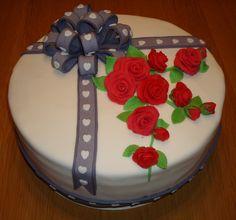 Taart met een strik en rode rozen voor Louise  die haar verjaardag viert