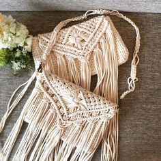 No photo description available. Macrame Design, Macrame Art, Macrame Projects, Macrame Knots, Feminine Mode, Macrame Purse, Boho Cushions, String Crafts, Pouch Pattern