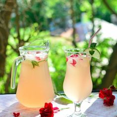 Refreshing and aromatic water with rose petals and lime. [in Romanian] Cocktail Recipes, Cocktails, Oreo Milkshake, Hurricane Glass, Rose Petals, Preserves, Glass Of Milk, Smoothie, Drinking