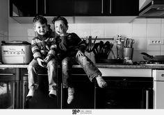 reportage photo dans une famille avec 8 enfants pendant la préparation d'un gâteau