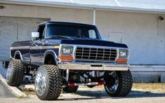 Seriously I truly prefer this color choice for this 1979 Big Ford Trucks, 1979 Ford Truck, Classic Ford Trucks, Old Pickup Trucks, Lifted Chevy Trucks, Diesel Trucks, 4x4 Trucks, Cool Trucks, Ford Diesel
