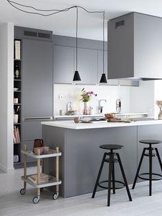 Köksinspiration. Grått kök med köksö från Ballingslöv. Köksluckan Bistro i färgen grå | Ballingslöv