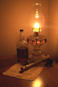 Antique Oil Lamps, Old Lamps, Hanging Lanterns, Candle Lanterns, Farmhouse Style Furniture, Whisky Bar, Old Lights, Still Life Photos, Lantern Lamp