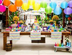 Festa de aniversário infantil, tema arco-íris.