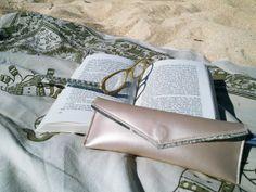Mat-Uvu pour roman de plage http://lesepatants.com/etuis-a-lunettes/127-etui-a-lunettes-loupes-nacre-beige-rose.html