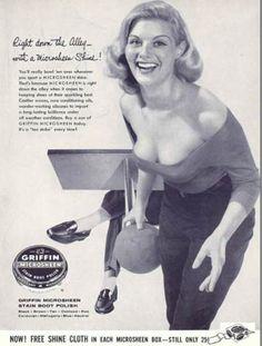 mujer sensual con una bola de boliche anuncio de cera para los zapatos