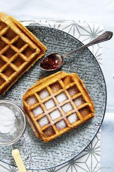 vegan waffles with apple-pumpkin mousse High Protein Muffins, Protein Waffles, Make Ahead Oatmeal, Vegan Breakfast Smoothie, Vegan Vegetarian, Vegetarian Recipes, Pumpkin Mousse, Pumpkin Waffles, Plant Based Breakfast