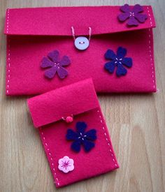 Pochette Rose, Felt Toys, Stuffed Toys Patterns, Felt Crafts, Travel Bags, Crafts For Kids, Projects To Try, Creations, Gift Wrapping