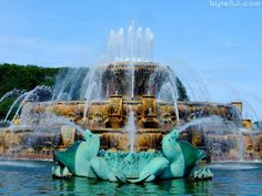Buckingham Fountain, located on the lakefront in Grant Park, is a Chicago landmark. Dedicated in it is one of the largest fountains in the world. Built in a rococo wedding cake style and inspired by the Latona Fountain at the Palace of Versailles. Buckingham Fountain, Buckingham Palace, Chicago Hotels, Chicago Vacation, Grant Park, Palace Of Versailles, My Kind Of Town, Cake Style, Chicago Illinois