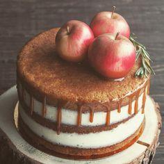 Вот такой осенний #торт отправился на день рождения #тортбезмастики #голыйторт #nakedcake #cake #тортназаказновосибирск #моредесертов