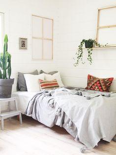 Skandinavian Boho Home with Kelim Pillows.