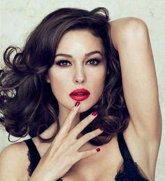 Sigue este paso a paso de maquillaje de ojos marrones de noche y completa el look con labios rojos como Monica Belucci
