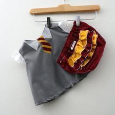 harry potter baby - The 'Hogwarts Gryffindor Student Costume' by the 'Rae Gun' Etsy Shop is an adorable Harry Potter baby costume. The adorable. Baby Outfits, Toddler Outfits, School Outfits, Harry Potter Baby Clothes, Student Costume, Baby Accessoires, Costume Shirts, Halloween Kostüm, Halloween Costumes