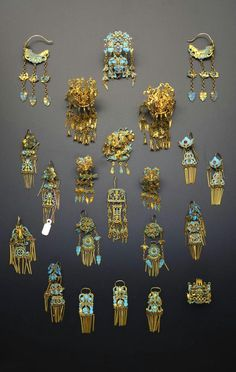 China | Collection of gilt metal and Kingfisher feather earrings; comprising eight pairs and a further six single earrings, each with articulated hanging designs, variously decorated with flowers, insects, birds and animals, 9cm max | Qing Dynasty | 2'600£ ~ sold (May '15)