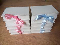 Caixa em cartonagem revestida em tecido e laço de fita de cetim.   Caixas a pronta entrega, sendo 4 com fita rosa e 4 com fita azul.    Após confirmação de pagamento, aguarde de 2 a 4 dias úteis para postagem.