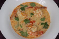 Zupa Tom Yum to tradycyjna tajska zupa znana na całym świecie, określana jako zupa ostro-kwaśna - Bardzo aromatyczna i rozgrzewająca zupa którą szczególnie warto spróbować - Przepis Video